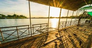 Fartyg på floden med solnedgångbakgrund arkivbilder