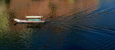 Fartyg på floden Narmada Arkivfoton
