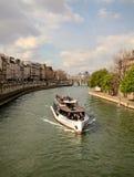Fartyg på floden Seine Arkivbild