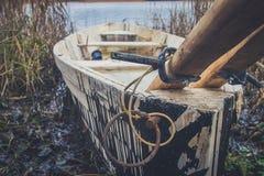 Fartyg på floden, sjö Ett fartyg med åror Royaltyfria Bilder