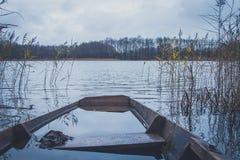 Fartyg på floden, sjö Ett fartyg med åror Royaltyfri Fotografi