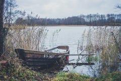 Fartyg på floden, sjö Ett fartyg med åror Arkivbilder