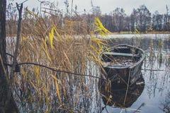 Fartyg på floden, sjö Ett fartyg med åror Arkivfoton