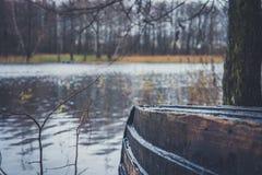 Fartyg på floden, sjö Ett fartyg med åror Royaltyfri Foto