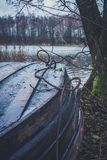Fartyg på floden, sjö Ett fartyg med åror Arkivbild