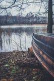 Fartyg på floden, sjö Ett fartyg med åror Fotografering för Bildbyråer