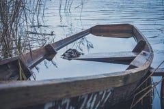 Fartyg på floden, sjö Ett fartyg med åror Arkivfoto