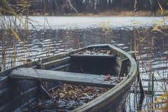 Fartyg på floden, sjö Ett fartyg med åror Royaltyfri Bild