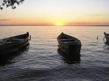 Fartyg på floden wind för abstraktionstormsolnedgång Royaltyfri Foto