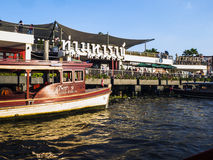 Fartyg på flodstrandshoppinggallerian i bangkok Arkivbild