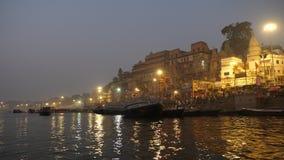 Fartyg på Ganges River, Varanasi, Indien arkivfilmer