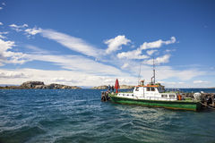 Fartyg på general Carrera Sjö i Chile Chico. Royaltyfri Fotografi