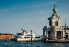 Fartyg på Grand Canal i Venedig Royaltyfri Foto