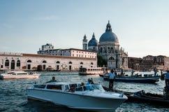 Fartyg på Grand Canal och Santa Maria della Salute i Venedig Royaltyfri Bild