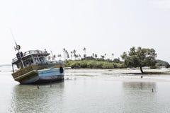 Fartyg på grundvatten i trincomalee på grund av tsunami fotografering för bildbyråer