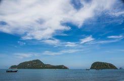 Fartyg på havet och den blåa himlen Royaltyfri Bild