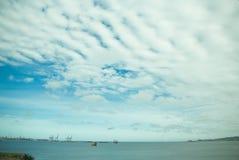 Fartyg p? havet och en stor himmelsk himmel arkivfoton