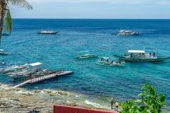 Fartyg på havet på Apo-ön Arkivbilder