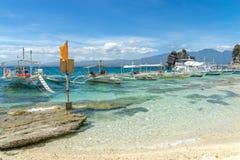 Fartyg på havet på Apo-ön Arkivbild
