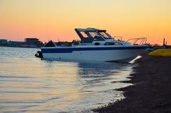 Fartyg på havet på solnedgången royaltyfria bilder