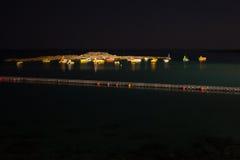 Fartyg på havskusten på natten Arkivfoto