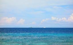 Fartyg på horisonten royaltyfri foto
