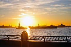 Fartyg på Hudsonen på solnedgången Arkivbild