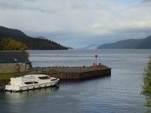 Fartyg på ingången till Loch Ness arkivfoton