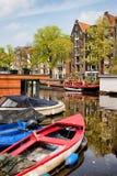 Fartyg på kanalen i Amsterdam Arkivfoton