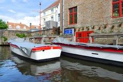 Fartyg på kanalen i Bruges Fotografering för Bildbyråer