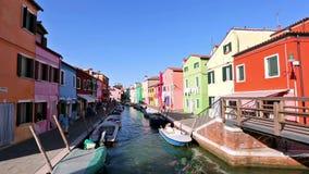 Fartyg på kanalen och färgrika hus på Burano, Venedig, Italien stock video