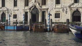 Fartyg på kanalen som är stor i Venedig lager videofilmer