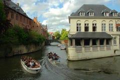 2 fartyg på kanalerna av Bruges Arkivbild