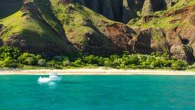 Fartyg på kusten för Na Pali - Kauai (HI) Royaltyfria Foton