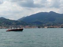 Fartyg på lagoen di Garda Royaltyfri Bild