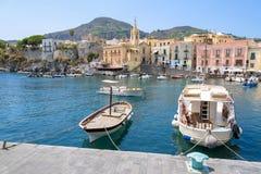 Fartyg på Marina Corta i den Lipari staden royaltyfria bilder