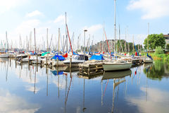Fartyg på marinaen Huizen. arkivfoton
