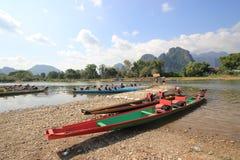 Fartyg på namsångfloden i vangvieng, Laos, Arkivbild