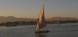 Fartyg på Nile River på solnedgången Royaltyfri Bild