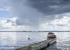 Fartyg på pir bredvid sjön Arkivbild