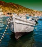 Fartyg på pir på en solig dag Royaltyfri Bild