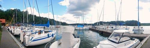 Fartyg på polska Mazury sjöar i sommar royaltyfri fotografi