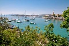 Fartyg på port bredvid Krk den gammala townen beskådar lite med vegetation Royaltyfria Bilder
