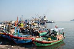 Fartyg på Qui Nhon fiskar port, Vietnam i morgonen Arkivbild
