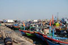 Fartyg på Qui Nhon fiskar port, Vietnam i morgonen Arkivfoton