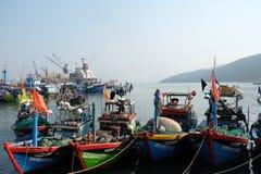 Fartyg på Qui Nhon fiskar port, Vietnam i morgonen Fotografering för Bildbyråer