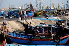 Fartyg på Qui Nhon fiskar port, Vietnam i morgonen Royaltyfria Bilder
