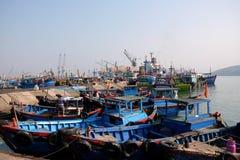 Fartyg på Qui Nhon fiskar port, Vietnam i morgonen Royaltyfria Foton