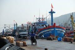 Fartyg på Qui Nhon fiskar port, Vietnam i morgonen Arkivbilder