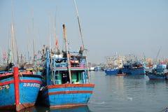 Fartyg på Qui Nhon fiskar port, Vietnam i morgonen Royaltyfri Bild